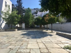La place Makariou : le nouveau spot artistique à Hydra